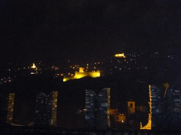 Montebello y Sasso Corbaro de noche desde Castelgrande